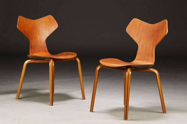 Arne-Jacobsen-Set-of-4-Grandprix-chairs-02.jpg