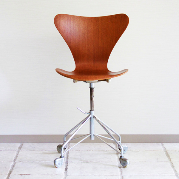 Arne-Jacobsen--seven-chair-model-3117.-swivel-legs--Fritz-Hansen-05.jpg