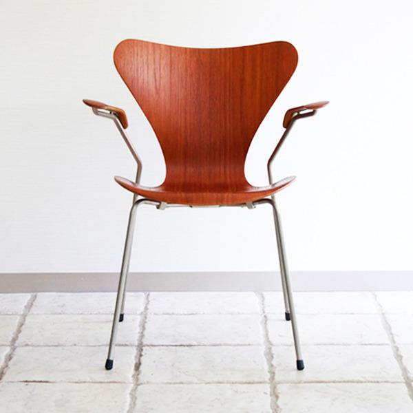 Arne-Jacobsen-Seven-armchairs-02.jpg
