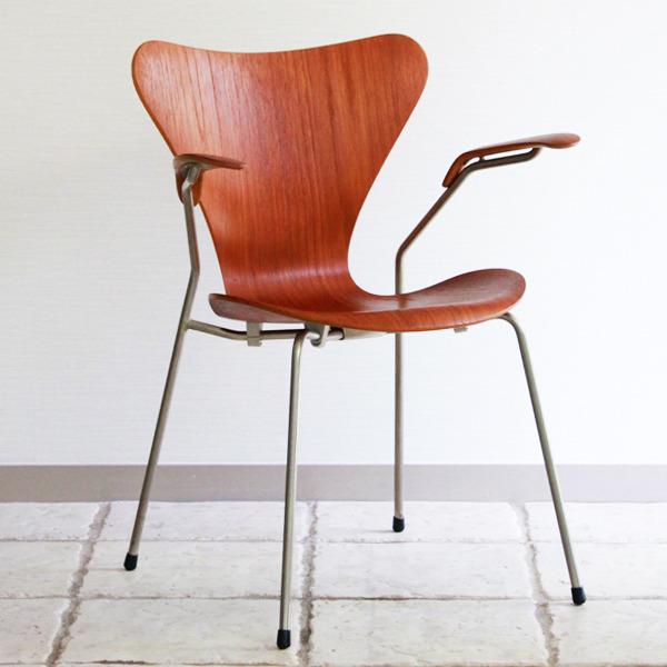 Arne-Jacobsen-Seven-armchairs-03.jpg