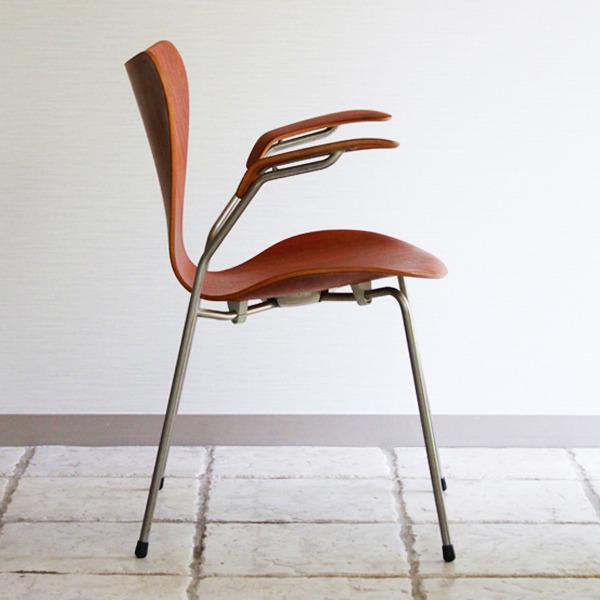 Arne-Jacobsen-Seven-armchairs-04.jpg
