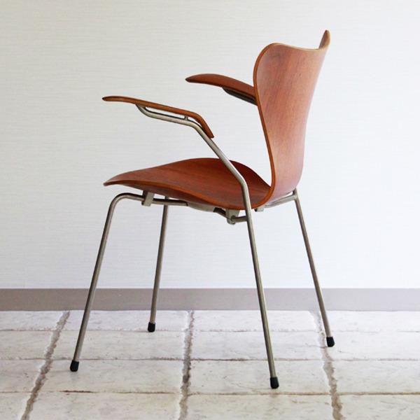 Arne-Jacobsen-Seven-armchairs-05.jpg