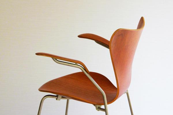 Arne-Jacobsen-Seven-armchairs-09.jpg