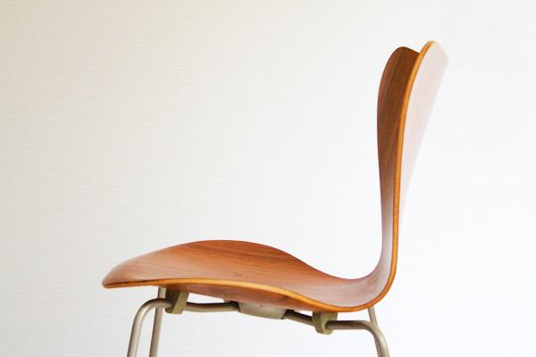 Arne-Jacobsen-Seven-chairs.-teak-Fritz-Hansen-02.jpg