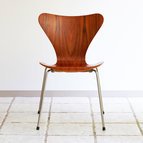 Arne-Jacobsen-Seven-chairs.-teak-Fritz-Hansen-04.jpg