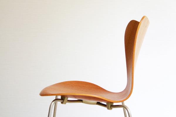 Arne-Jacobsen-Seven-chairs.-teak-Fritz-Hansen-08.jpg