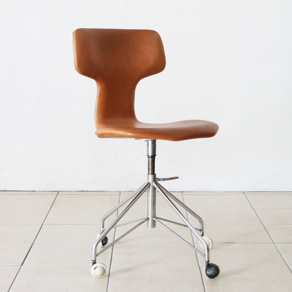 Arne-Jacobsen-T-chair-swivel-03.jpg