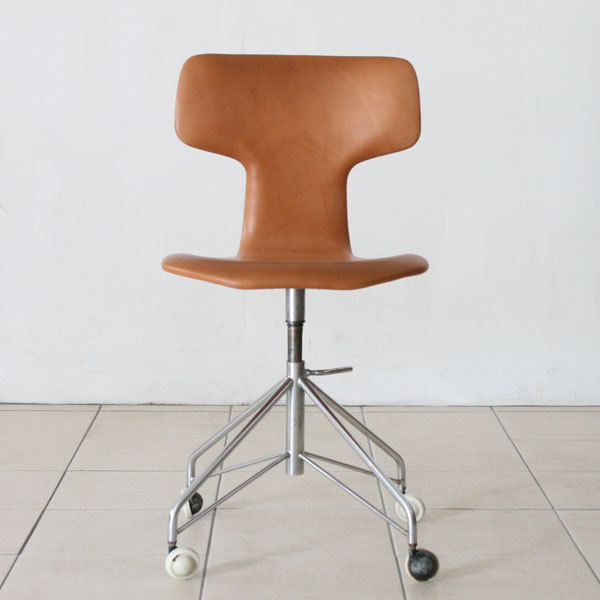 Arne-Jacobsen-T-chair-swivel-04.jpg