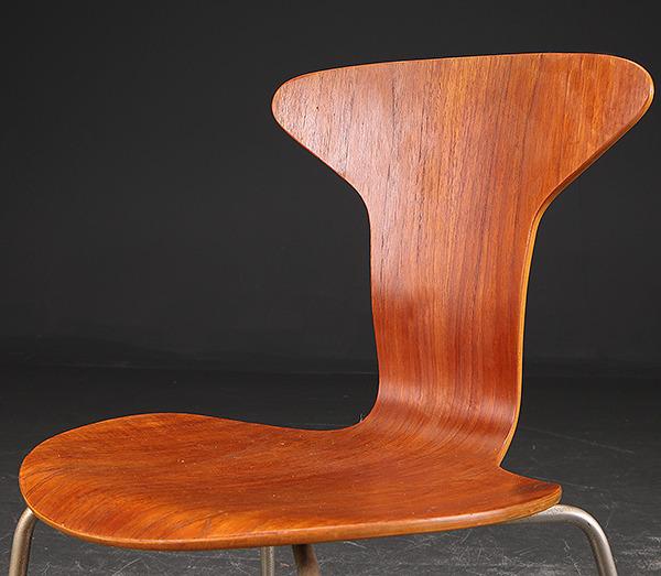 Arne Jacobsen. Par Stole, 'Myggen' model 3105 af teaktræ-02.jpg