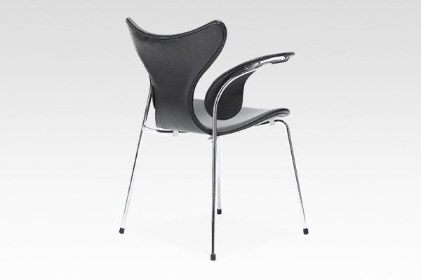 "Arne Jacobsen  Eight chair ""Lily""  Fritz Hansen (1).jpg"