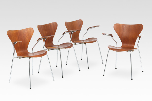 Arne Jacobsen  Seven chair model 3207 Teak  Fritz Hansen (1).jpg