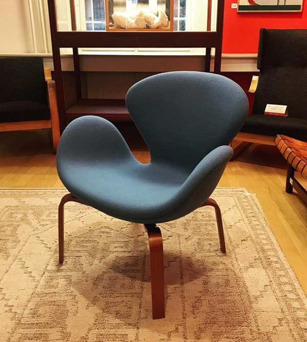 Arne Jacobsen  Swan easy chair. model 4325  Fritz Hansen (2).jpg