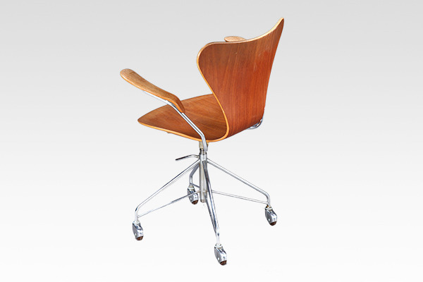 Arne Jacobsen  seven chair model 3217. swivel legs  Fritz Hansen (1).jpg