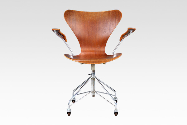 Arne Jacobsen  seven chair model 3217. swivel legs  Fritz Hansen (2).jpg