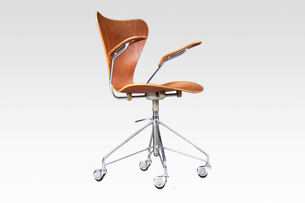 Arne Jacobsen  seven chair model 3217. swivel legs  Fritz Hansen (4).jpg