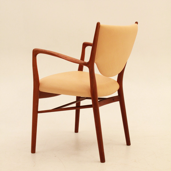 Finn-Juhl--Armchair-NV46-03.jpg