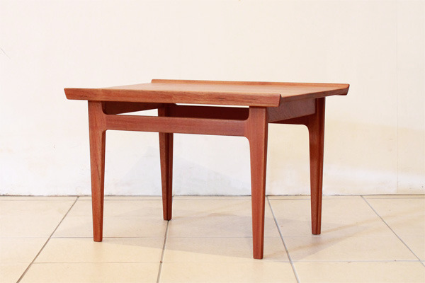 Finn-Juhl-Side-table-02.jpg