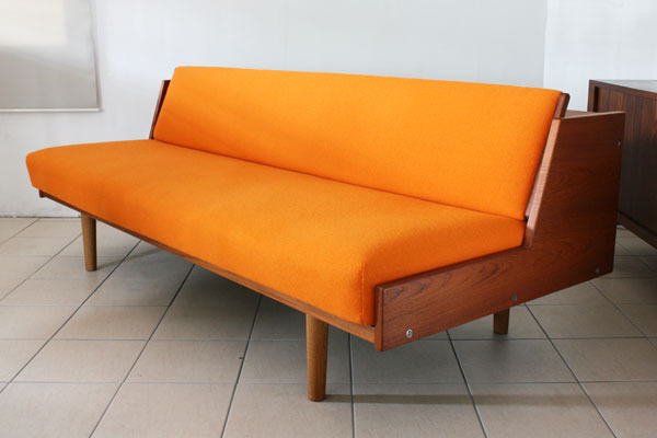 H.-J.-Wegner.-Daybed-orange-01.jpg