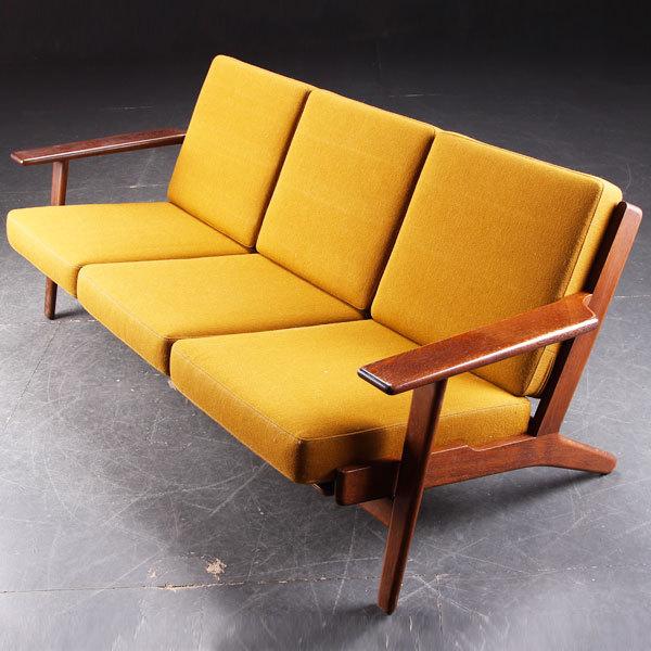 Hans-J.-Wegner.-Three-seater-sofa-GE-290-04.jpg
