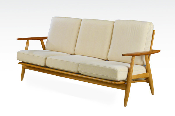 Hans J. Wegner. Sofa. The Cigar, model GE2403-02.jpg