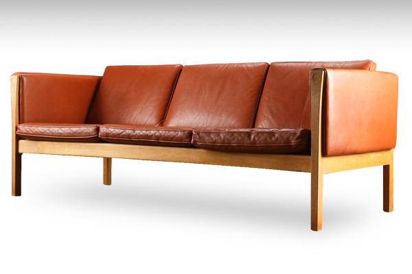 Hans J. Wegner. Three-seater oak sofa, model AP623-01.jpg