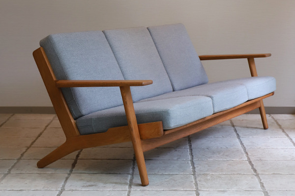 Hans J. Wegner  Three-seater sofa. GE290  GETAMA (1).jpg
