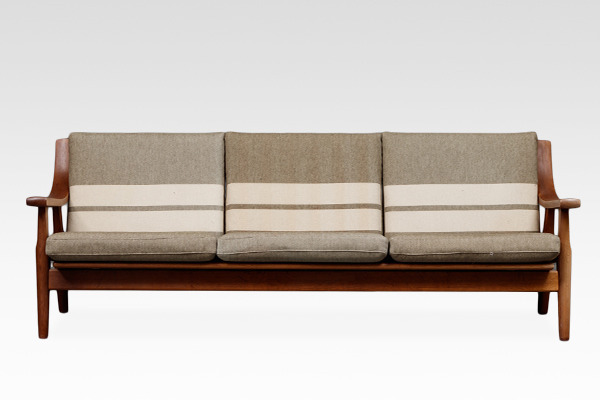 Hans J. Wegner  Three-seater sofa. GE530  GETAMA (2).jpg