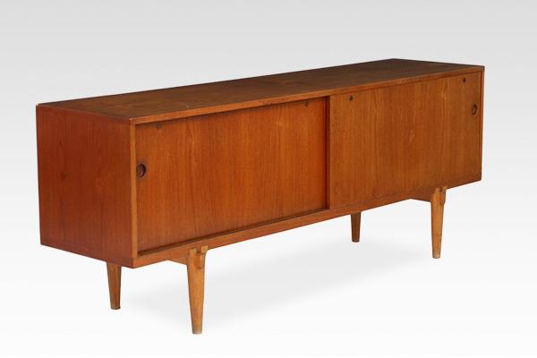 Hans J Wegner  Sideboard. RY26-02  Ry Mobler (1).jpg