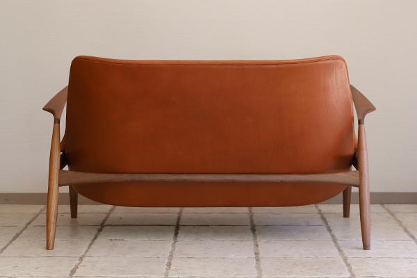 Ib Kofod Larsen  Seal sofa  Brdr. Petersen (4).jpg