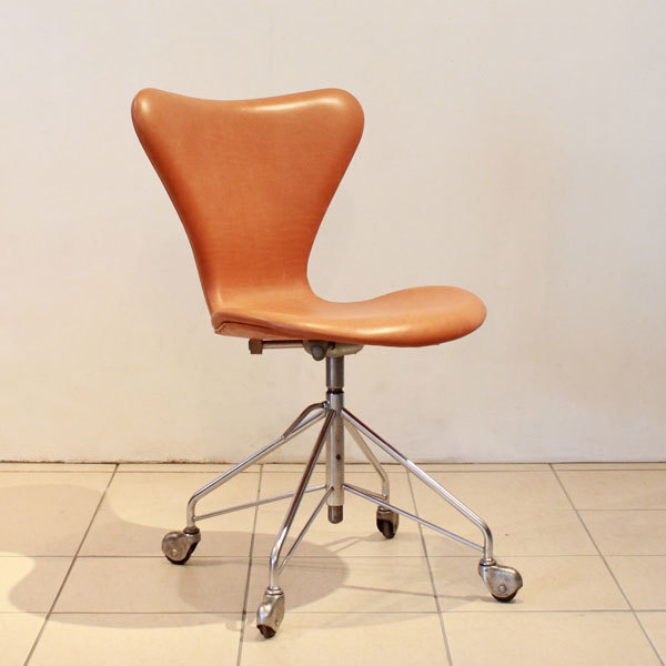 Jacobsen-Seven-chair-Swivel-base-02.jpg