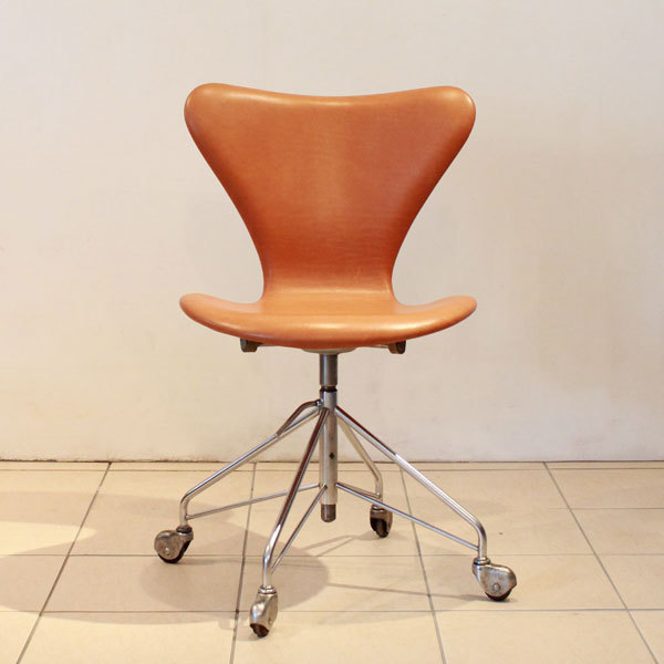 Jacobsen-Seven-chair-Swivel-base-03.jpg