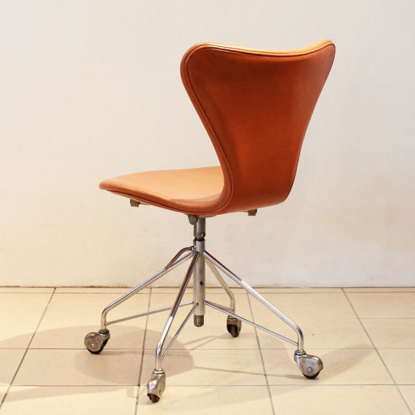 Jacobsen-Seven-chair-Swivel-base-04.jpg