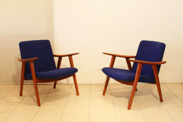 Wegner-Pair-of-Easy-chairs-JH517_01.jpg