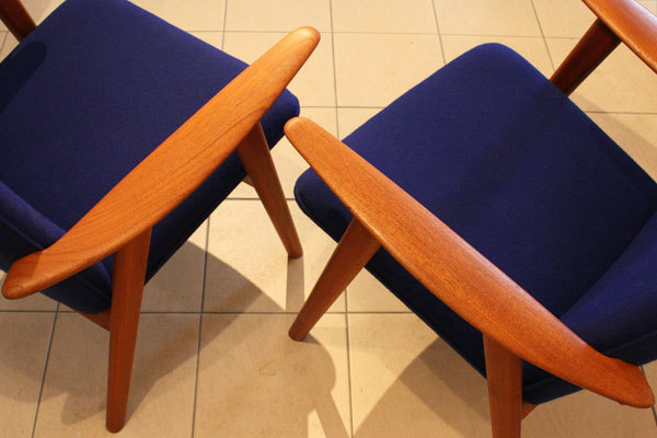 Wegner-Pair-of-Easy-chairs-JH517_06.jpg