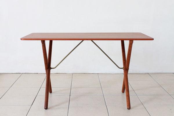 Wegner-Xleg-center-table-02.jpg