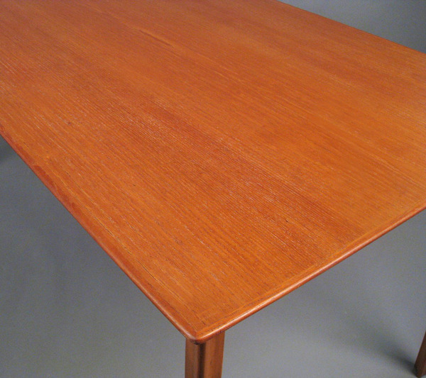Arne Jacobsen  Dining table. model Grand Prix  Fritz Hansen (4).jpg