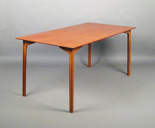 Arne Jacobsen  Dining table. model Grand Prix  Fritz Hansen (6).jpg