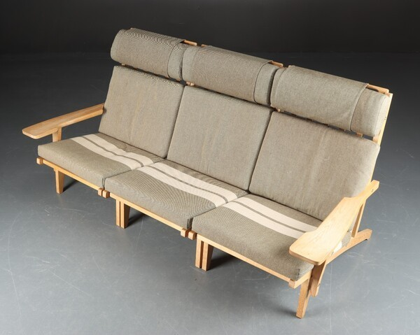 Hans J. Wegner  Sofa .GE-375  GETAMA (1).jpg