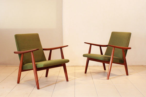 Wegner-Pair-of-easy-chairs-GE260-01.jpg
