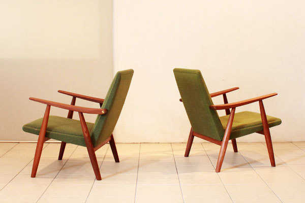 Wegner-Pair-of-easy-chairs-GE260-02.jpg